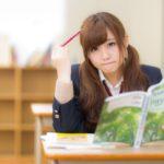 学校の机で勉強する受験生の姿